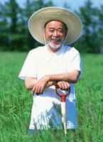 畑にいる中高年の日本人農夫