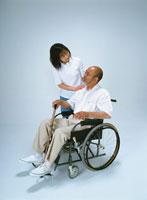 車椅子の日本人の中高年の夫と妻