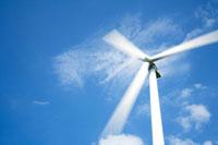 風に回る風車と青空