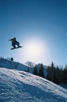 ジャンプする日本人スノーボーダー(青)