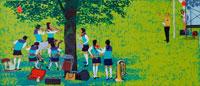 木陰でブラスバンドする女子学生・春