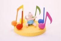 音符に囲まれた赤ちゃん1人