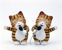 マイクを持った二匹のネコ