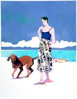 白い砂浜を犬と散歩する女性