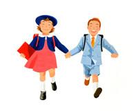 ランドセルを背負って走る小学生男女の子供