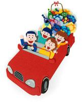 赤いオープンカーの自動車で買物をする家族