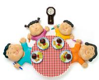 テーブルを囲み食事する家族