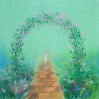 バラのゲートをくぐって歩いて行く一人の女性