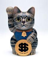 ドルを持つアメリカンショートヘア招き猫
