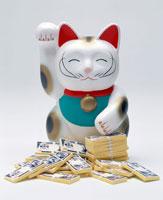 大量の札束を持った招き猫