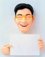 メッセージボード指さす笑う男性