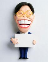 メッセージボードを指さし笑う男性営業マン