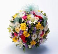 黄色や紫や白の花の四角い花束