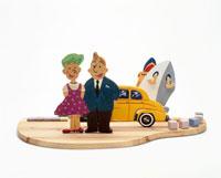 車と船を背景に夫婦旅行