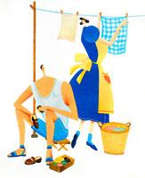 洗濯を干す女性を見上げる夏服の男性 02237005841| 写真素材・ストックフォト・画像・イラスト素材|アマナイメージズ