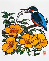 ノウゼンカズラの花と魚をくわえたカワセミ