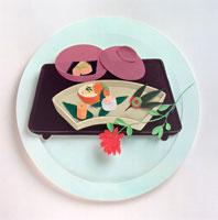 赤い花とお椀とお皿に入った料理