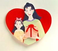 ハートの中にいるプレゼントを持った親子 02237008486  写真素材・ストックフォト・画像・イラスト素材 アマナイメージズ