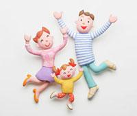 バンザイをする三人家族 02237011704| 写真素材・ストックフォト・画像・イラスト素材|アマナイメージズ