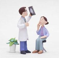 レントゲン写真を見るドクターと女性患者