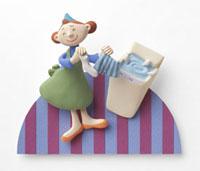 洗濯をするお母さん 02237012253| 写真素材・ストックフォト・画像・イラスト素材|アマナイメージズ