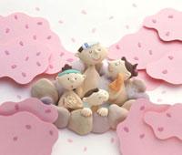 桜の景色の露天風呂に入っている家族