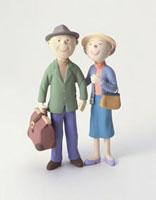 旅行姿の老夫婦