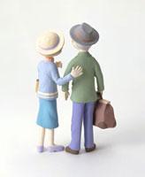 旅行中の老夫婦の後ろ姿