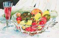 ハーブティーとガラスボールに入ったトマト