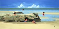 砂浜にある岩場にて遊ぶ子どもたち