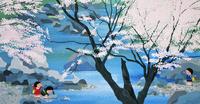 桜の咲く川で遊ぶ子供