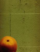壁とオレンジ