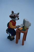 パソコンをするアライグマ 02240000003| 写真素材・ストックフォト・画像・イラスト素材|アマナイメージズ
