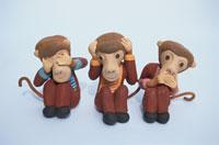 スーツ姿の三匹の猿