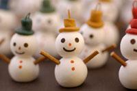 帽子をかぶった雪だるま 02240000066| 写真素材・ストックフォト・画像・イラスト素材|アマナイメージズ