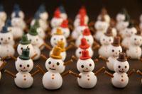 帽子をかぶった雪だるま 02240000069| 写真素材・ストックフォト・画像・イラスト素材|アマナイメージズ