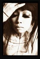 目を閉じる日本人女性 セピア