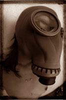 ガスマスクを付けた日本人のヌード女性 セピア