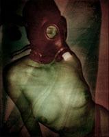 ガスマスクを付けた日本人のヌード女性