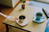 コーヒーカップを触る女性の手