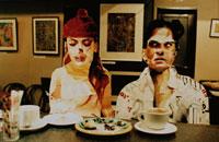 カフェで食事をする男女のクラフト