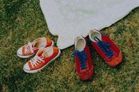 芝生の上の敷物とスニーカー