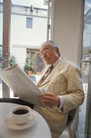 新聞を読む日本人の中高年男性