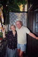 玄関の前にいる外国人の老夫婦 ルーマニア