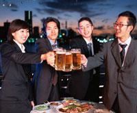 ビールを飲む4人の日本人ビジネスマン&ウーマン