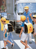横断歩道を渡る小学生 02253001540  写真素材・ストックフォト・画像・イラスト素材 アマナイメージズ