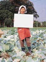 メッセージボードを持つ中高年女性