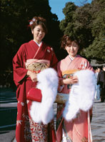 着物を着た2人の日本人女性 冬 02253003391| 写真素材・ストックフォト・画像・イラスト素材|アマナイメージズ