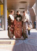 着物を着た3人の日本人女性 冬 02253003393| 写真素材・ストックフォト・画像・イラスト素材|アマナイメージズ