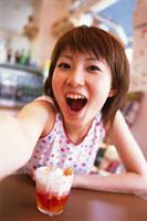 カフェではしゃぐ若者女性 02253003652| 写真素材・ストックフォト・画像・イラスト素材|アマナイメージズ